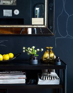 Source NY Times I have a pair of those vintage ceramic glove molds They are awesome Loving the darks walls tres chic Source NY Times I have a pair of those vintage ceramic glove molds They are awesome Loving the darks walls nbsp hellip Chalkboard Wall Bedroom, Chalk Wall, Chalk Board, Navy Walls, Black Walls, Apartment Interior Design, Interior Styling, Feng Shui, Vintage Apartment