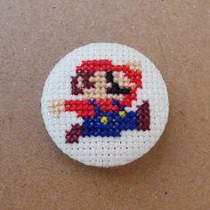 Mario Bros cross stitch 31mm pinback button - Embroidered geek brooch - www.petipoaneedlecraft.com
