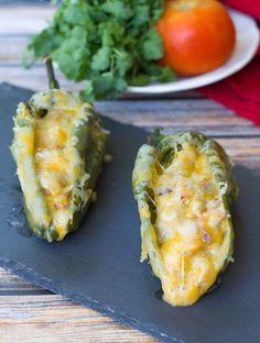 Deliciosos chiles rellenos de frijol con chorizo y queso gratinado, ideal para hacerlos de botana o servirlos como guarnición.