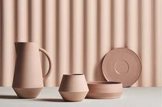 Let op! PREORDERDe producten van Schneid Studio worden half December verwacht! Dit prachtige karaf van 100% keramiek heeft een minimalistisch maar tegelijkertijd ook een opvallenddesign. De buitenkant voelt licht ruw aan en de binnenkant is helemaal glad, wat voor een mooi contrast zorgt.Het karaf wordt met een bijpa Ceramic Tableware, Kitchenware, Julia, Pottery Painting, Small Plates, Studio, Tea Towels, Palette, Handmade