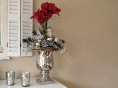 Sehr edles, großes Gesteck in silberfarbenem Pokal aus Keramik.  Gesteckt mit zwei tollen dunkelroten Amaryllis, geweißten Zapfen, einem braunen Kranz, Glitzerzweigen, vielen verschiedenen,...