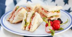 Club sandwich on klassinen lounasvoileipä, joka sisältää kalkkunaa, pekonia, tomaattia ja salaattia. Tässä reseptissä on käytetty kanaa ja crème fraîchea majoneesin sijaan.
