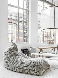 pouf au crochet, un pouf géant tricoté et un intérieur blanc