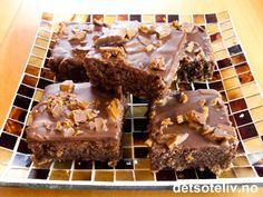 """Her har du en SUPERFANTASTISK kakeoppskrift!!! Oppskriften er basert på en oppskrift som stod i Dagbladet for et par år siden. """"Daimruter from heaven"""" er som Brownies i konsistensen, og inneholder mye sjokolade, hakkede valnøtter og hakket Daim. På toppen er kaken glasert med deilig glasur laget av melkesjokolade og pyntet med mer hakket Daim. Oppskriften er til stor langpanne. ENJOY!"""