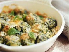 Gnocchi mit Spinat und Basilikum überbacken - Dieser Auflauf ist einfach nur umwerfend! Hier gibts das Rezept!