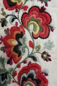 Skjorte - Norsk Folkemuseum / DigitaltMuseum Indian Embroidery, Folk Embroidery, Hand Embroidery Designs, Embroidery Flowers Pattern, Embroidery Stitches, Handbags Online Shopping, Doll Patterns, Flower Patterns, Chain Stitch