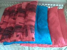 I made a neck heating pad today out of rice and a handtowel.Very handy! Dyi Crafts, Fabric Crafts, Sewing Crafts, Sewing Projects, Sewing Ideas, Craft Projects, Sewing Patterns, Neck Heating Pad, Rice Heating Pads