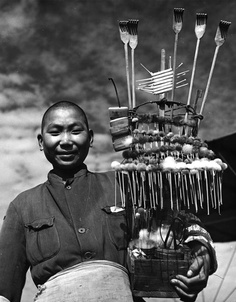 Peddler on the Bund, Shanghai, China, 1946 #老上海百业,