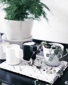 Terrazzofieber @paulsvera Terrazzo Liebe für das Schneidbrettchen - die schönste Deko für Zuhause! Moderne Dekoration. Terrazzo, Photo And Video, Mugs, Tableware, Inspiration, Inspired, Instagram, Decor, Paper Mill