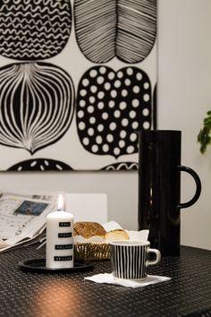 Keittiö, Marimekko, adventtikynttilä, Dymo. Kitchen, candle of Advent, breakfast.