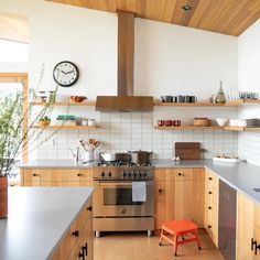 Trends come and go … How not to be had and imagine a kitchen you will not get tired? We give you the keys of a kitchen in which you will feel good even in a few years. Home Interior, Kitchen Interior, New Kitchen, Kitchen Dining, Kitchen Decor, Interior Design, Kitchen Ideas, Modern Retro Kitchen, Earthy Kitchen