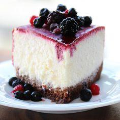 Cheesecake nach einem Rezept vom Törtchenherzog: ein saftiger Käsekuchen mit luftigem Biskuitboden und Waldbeeren.