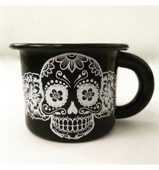 Tacita de peltre que puedes disfrutar con café o tu licor de preferencia Halloween Mug, Cute Cups, I Love Coffee, Tea Mugs, Gifts In A Mug, Sugar Skull, Coffee Cups, Tableware, Diy