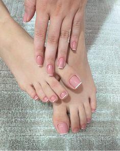 A imagem pode conter: uma ou mais pessoas e close-up Pink Toe Nails, Pretty Toe Nails, Toe Nail Color, Cute Toe Nails, Feet Nails, Cute Acrylic Nails, Pink Toes, Stiletto Nails, Classy Nails