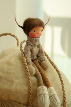 Poupée de fabrication artisanale selon la pédagogie Waldorf. La poupée Marit est 14(36 cm) de long. Sa tête est sculptée dans le style traditionnel de Waldorf ; la tête est en jersey 100 % coton des pays-bas. Ses yeux et sa bouche sont brodés à la main. Marit est une nouveau style 14 poupée tricotée avec un corps minuscule et de longues jambes. Marit a une robe magnifique à pois, pull, chaussettes et un chapeau incroyable. Le corps de la poupée est inspiré par Arne et Carlos livre, la tête…