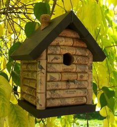 Wine Cork Bird House love it Wine Craft, Wine Cork Crafts, Wine Bottle Crafts, Wine Cork Birdhouse, Wine Cork Projects, Wine Cork Art, Wine Bottle Corks, Bottle Labels, Bird House Kits