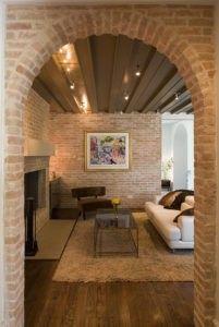 Dieser Wohnbereich erreicht einen rustikalen Look durch den Raum in Backstein Wand- und Holzdielen. Foto von Hugh Jefferson Randolph Architekten