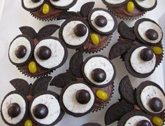 Oreo halves for the eyes, black M&Ms; for eyes, yellow jelly bean, Oreo cookie quarters for the ears, chocolate cupcake. Cute Food, Good Food, Yummy Food, Köstliche Desserts, Dessert Recipes, Cupcakes Bonitos, Yummy Treats, Sweet Treats, Owl Cupcakes