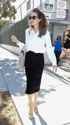 Angelina Jolie Gives the Uniform a Hollywood Makeover - Angelina Jolie Gives the Uniform a Hollywood Makeover Source by fashionalbumprivat - Angelina Jolie Peinados, Angelina Jolie Makeup, Angelina Jolie Style, Style Outfits, Cool Outfits, Fashion Outfits, Office Looks, Office Fashion, Work Fashion