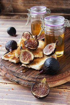 Pic: Slices of toast with figs and honey