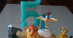 """Dos bizcochos sencillos decorados con fondant y unas figuras de """"La Guardia del León"""" para el cumple de mi sobrino Adrián."""