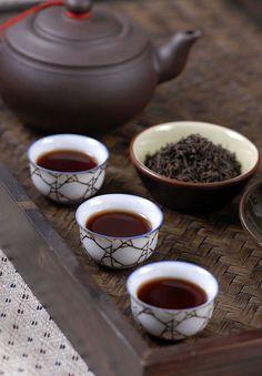 cups of freshly brewed oolong tea 一杯新鮮沖泡的烏龍茶