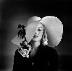 Marilyn Monroe con indosso un cappello. Negli anni 50 venivano portati cappelli con tesa larga e calotta stretta.