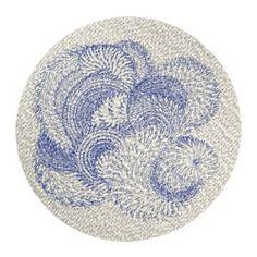 Шерсть придает ковру особую прочность и устойчивость к загрязнениям. Плотный толстый ворс придает поверхности ковра мягкость и поглощает звуки.