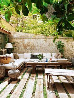 58 Most sensational interior courtyard garden ideas Burlap and Salvaged Scrap Pillows, Natural Cotton Canvas Cushions, Neutral Earthy Colors, Outdoor Patio Pallet Exterior, Pallet Patio, Backyard Patio, Backyard Landscaping, Landscaping Ideas, Pavers Patio, Pallet Lounge, Exterior Signage, Pallet Sofa