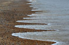 Similar the ones spotted on a beach in Dorset of England, the mysterious beach formations may be called as beach cusps and also one reason they are mysterious. Costa, Dorset England, Natural Phenomena, People Art, Nature Animals, Bored Panda, Cool Words, Landscape Photography, Mystery
