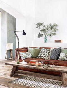 Fibras y materiales naturales: sofá de cuero con mesa de madera