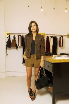 este, short, sac et sandales, Sézane. Débardeur, Zara. Bracelet, Aurélie Bidermann. Bague, Camille Enrico.