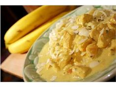 Banaanikana  Versio: Voideltuun uunivuokaan kanaleikkeet, viipaloidut banaanit ja päälle currykastiketta. Uuniin 30 min.