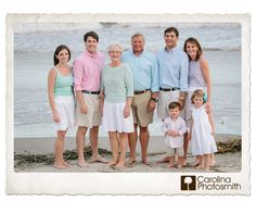 Beach photo session: what to wear, lots of ideas Family Portrait Poses, Family Beach Portraits, Family Beach Pictures, Family Portrait Photography, Beach Photos, Family Pictures, Senior Portraits, Foto Fun, Newborn Photography Poses