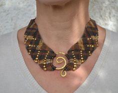 Little Crown macrame necklace por TheaCosmo en Etsy