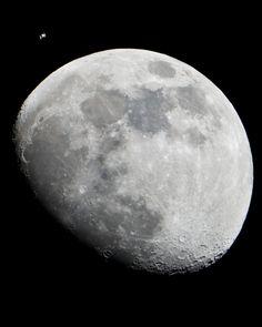 Lauren Hartnett tomó una foto de dos satélites terrestres juntos en una sola imagen. Crédito: NASA/Lauren Hartnett