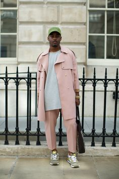 Street Style at London Fashion Week Photographs by Marcus Dawes for LFW… Street Style Outfits, Look Street Style, Street Styles, London Street Style Men, London Fashion Weeks, Komplette Outfits, Fashion Outfits, Fashion Trends, Fashion Styles