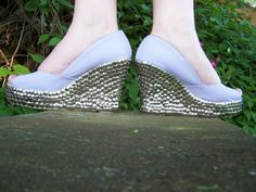 embellished with push pins Upholstery Tacks, Jeffrey Campbell, Creative Ideas, Diy Ideas, Craft Ideas, Espadrilles, Wedges, Pretty, Leather