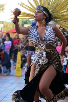 Traditional Fashion, Traditional Outfits, Aztec Costume, Estilo Cholo, Aztec Clothing, Carnival Girl, Aztec Dress, Aztec Warrior, Aztec Art