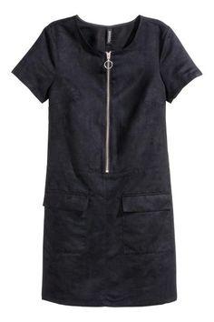 Платье из искусственной замши: Короткое, слегка приталенное платье из искусственной замши. На платье короткий рукав, сверху молния и передние карманы с клапанами. Отрезное по талии. Без подкладки.