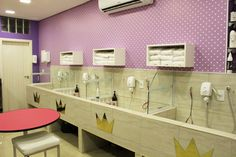 Dog Grooming Shop, Dog Grooming Salons, Dog Grooming Business, Poodle Grooming, Dog Kennel Inside, Dog Bath Tub, Puppy Room, Pet Spa, Pet Hotel
