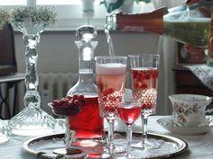 Ein Schnapsglas in ein Sektglas geben, Früchte dazu, mit Sekt aufgießen. LECKER!
