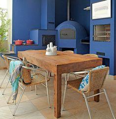 """Este apartamento na praia tem como marca registrada o azul. Ele está presente nas paredes internas e externas. """"Passa serenidade e relaxamento"""", conta a arquiteta Andrea Murao. Na varanda, está presente no forno à lenha e na churrasqueira"""