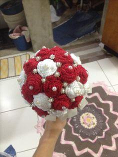 Buquê de noiva com flores de crochê pérolas