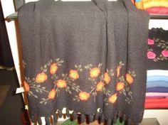 Brauner #Schal mit #Tornillo #Bordados Stickereien, #Alpakawolle. Ein kostbarer Schal, aufwändig mit Tornillo Bordadas Stickereien gestaltet. Eine hunderte von Jahren alte Tradition der Stickerei aus #Peru, eine aufwendige und liebevolle Handarbeit.