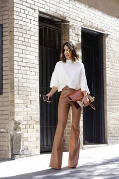 Leather pants – be it ecological or not – are a versatile piece. Chic and extremely stylish, it can be worn on several occasions. And it still keeps you warm, which is perfect for this season!