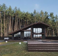 Simple lines. Maybe would continue the roofline over a garage to make it more symmetrical Modern House Plans, Modern House Design, Chalet Modern, Sims House, Cabin Homes, House In The Woods, Home Fashion, Exterior Design, Future House