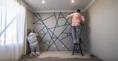 Ez a két ember ragasztószalagot erősített a falra. Amikor végeztek a festéssel, te is meg fogsz lepődni, mi lett a végeredmény!