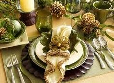 Christmas centerpiece ideas and other tips for decorating the holiday table Christmas Table Settings, Christmas Tablescapes, Christmas Centerpieces, Holiday Tables, Christmas Decorations, Holiday Decor, Christmas Tabletop, Thanksgiving Decorations, Holiday Planner