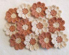 12 flores de ganchillo de algodón en colores de otoño - niebla de cobre y Natural.  -Por favor, recuerde que los monitores varían al mostrar colores. Estos son colores apagados de la caída.  Añadir a páginas de scrapbook, tarjetas, ropa, artesanías, marcos - tan muchas aplicaciones. Muy bien la capa con estos mini tapetitos:  https://www.etsy.com/listing/209630269/flower-appliques-mini-doilies-fall?ref=shop_home_active_2  Cada flor tiene 9 pétalos redondeados. So...